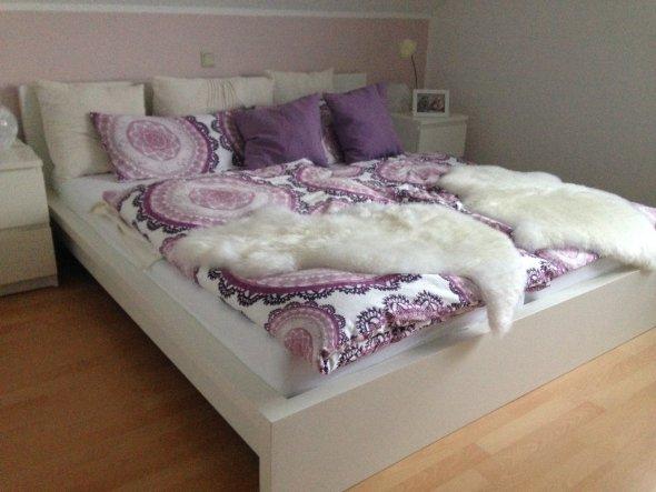 MALM Bett und dazu passende Kommoden in weiß. Die Lammfelle liegen mittlerweile auf den Stühlen ;)