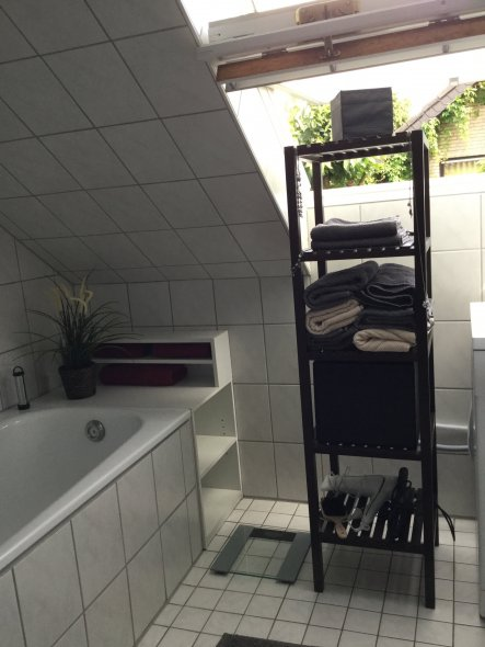 Auf der Ablage hinter der Badewanne werden noch zwei Kerzen ihren Platz finden, um etwas Gemütlichkeit und Wärme reinzubringen. Die darunterliegenden