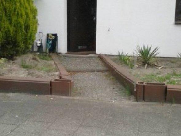 """Hier die alte Fassade mit dem """"struppigen"""" Vorgarten. Alles andere als ein schöner und gepflegter Anblick. Es hat mich sehr gestört"""