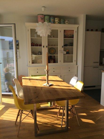 Essecke des Wohnzimmers angrenzend an die offene Küche