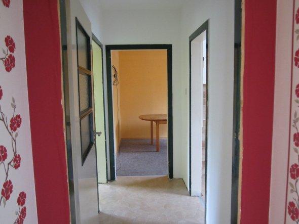 """Das Bild zeigt nur noch den Rest des Flur´s. Bei unserem Flur und Treppenhaus Umbau haben wir die ehemalige Etagentür schon nach """"hinten"""" al"""