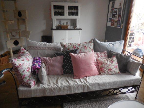 Sofa wurde zu neuem Leben erweckt mit Rosen , grau , rosa Kissen .Passt wunderbar zum Sofa  im  Landhausstil