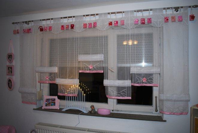 Fensterdeko mit selbstgebasteltem Adventskalender