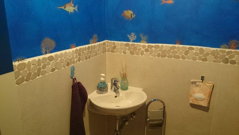 Das Waschbecken war vom Architekten nicht geplant, aber wir wollten es unbedingt... sonst hätte man durchs Schlafzimmer laufen müssen um sich im Bad d