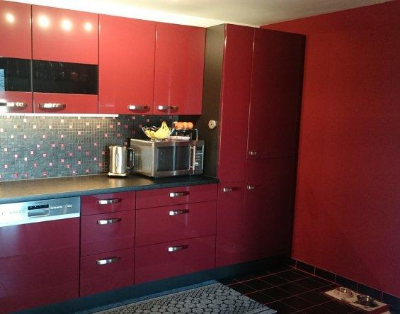 Ich liebe die rote Wand... sie hat einfach was. Am besten gefällt mir aber das Mosaik - die Mischung aus schwarzem Schiefer und roten Glas bringt wirk