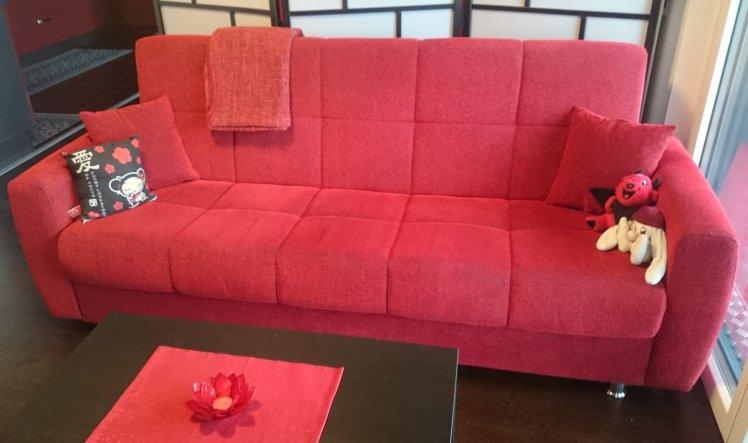 Das Sofa war ein richtiger Glückstreffer, er passt super zum Konzept und der Bezug ist auch für die Katzen toll, da man die allgegenwärtigen Haare kau