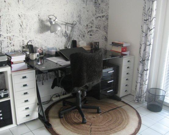 Mein Schreibtisch steht vor der Fototabete, unter meinen Tisch habe ich mir noch einen kleinen Baumstammteppich gelegt.