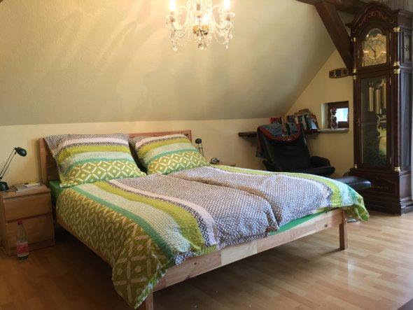 07/2017 - Das Bett steht seitlich frei und bildet mit dem naturbelassenen Holz einen schönen und angenehmen Kontrast.
