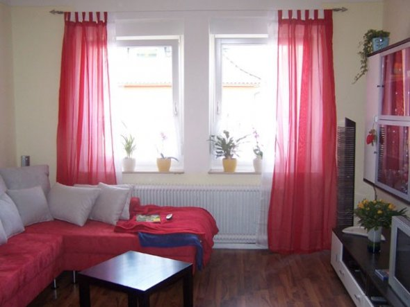 wohnzimmer 39 die rote oase 39 klein aber fein schreiberlein zimmerschau. Black Bedroom Furniture Sets. Home Design Ideas