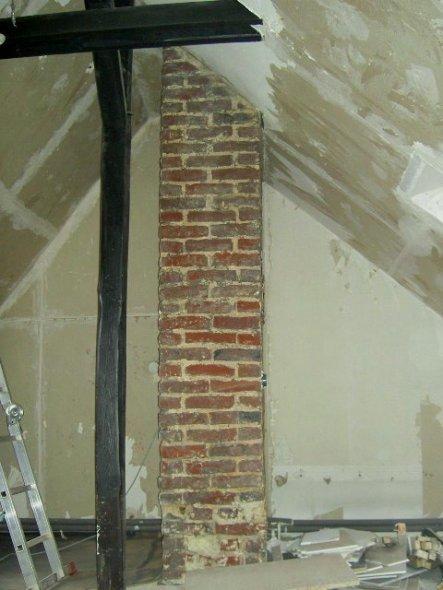 Das freigelegte Mauerwerk am Kamin soll der Blickfang im neuen Bad werden