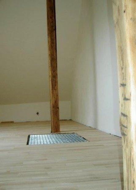 Buchenparkett frisch verlegt. Das Gitterrost deckt den Lichtschacht (altes Treppenloch)ab (Licht und Luft für das fenterlose Ankleidezimmer).