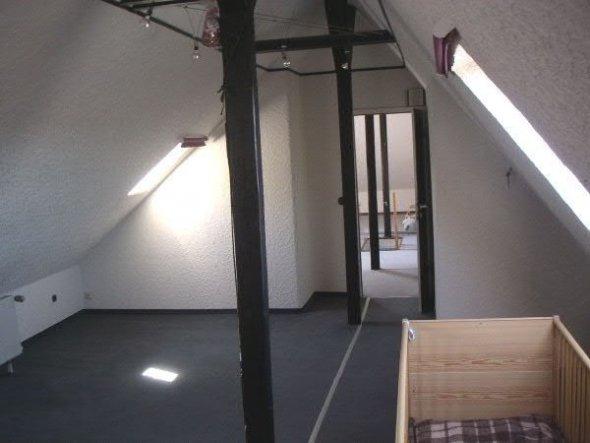 Das große Spitzbodenzimmer wird in drei Räume aufgeteit: Atelier, Bad und HWR