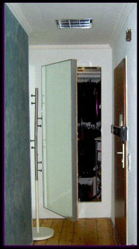 Hinter dem Spiegel verbirgt sich der versteckte, zweite Zugang zum Ankleidezimmer.