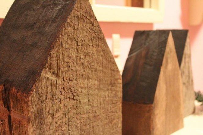 Holzhäuser aus alten Esche - Balken gesägt...