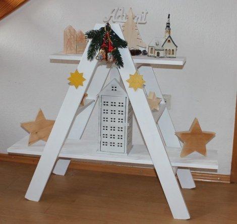 DIY Weihnachtsleiter aus einer alten Bodentreppe und  zwei dünne Bretter. Die Holzsterne und Holzhäuser sind auch selbst angefertigt.