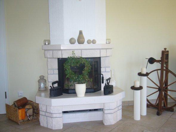 Wie nicht auf dem Bildern zu erkennen, ist die Sofaecke mit Sicht auf den Kamin ausgerichtet.