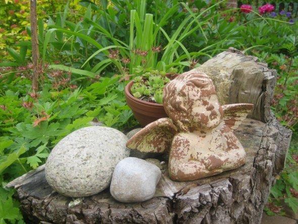 kleine Engel-Deko im Vorgarten