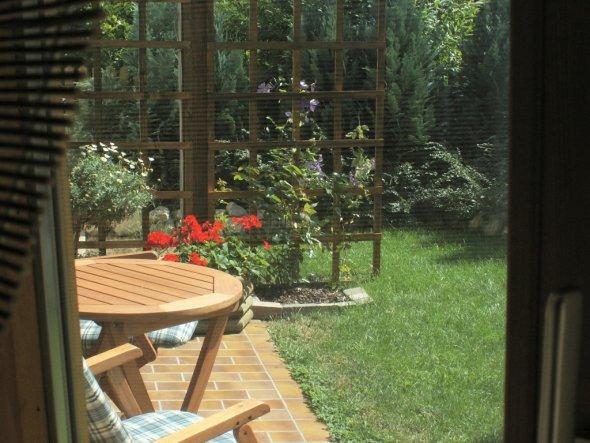 Blick aus dem Wohnzimmer auf die obere, kleine Terrasse