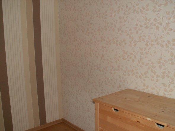 Eine Wand wurde mit einer dazugehörigen, anders gemusterten Tapete tapeziert