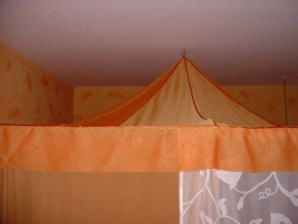 """Das """"Dach"""" ist wie ein kleines (Zirkus)-Zelt: eine Schneiderin nähte es nach meinem Entwurf. Die Aufhängung des Ganzen und die berück"""