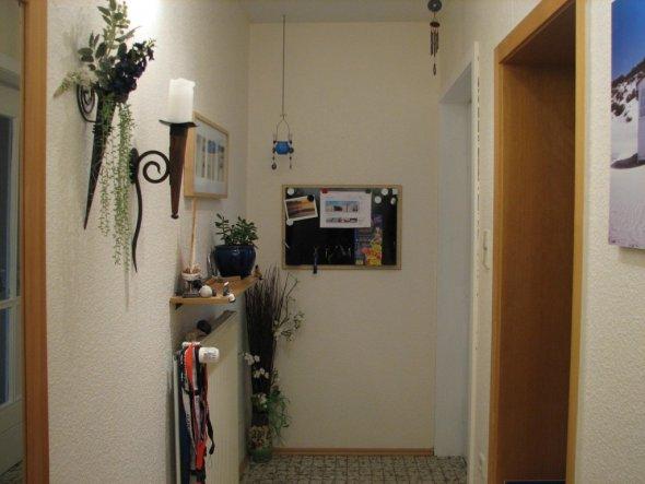 Die weiße Zarge ist die Eingangstür, wenn man das Haus betritt schaut man auf ein schönes Bild.