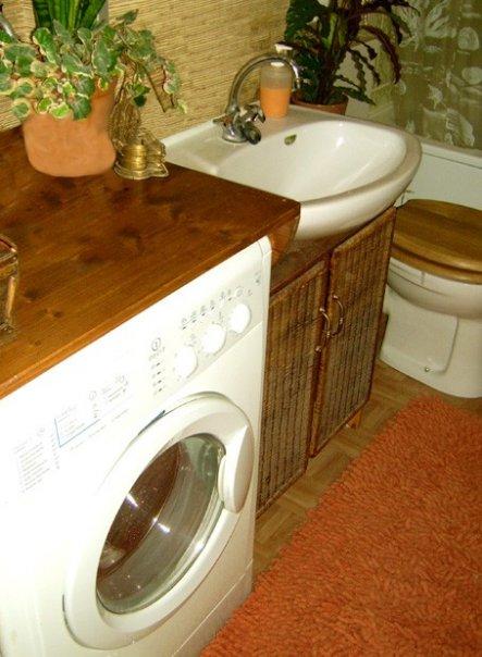 Mit einfachen Kiefernholzplatten habe ich die Waschmaschine 'umbaut' und somit Ablagefläche gewonnen. Das Waschbeckenunterschränkchen habe ich ebenfal