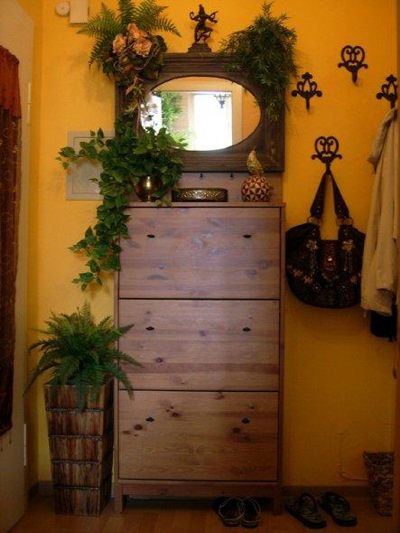 (Blick vom Bad aus)Hier der Spiegel und Schuhschrank 'im Ganzen'.