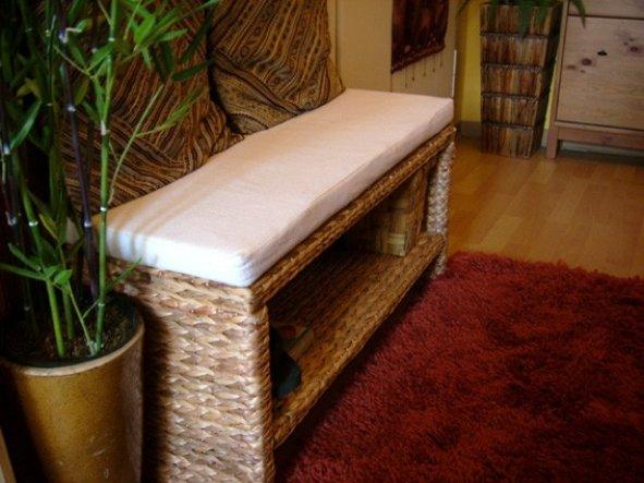 Eine zierliche Sitzbank mit Ablage aus Wasserhyazinthe.