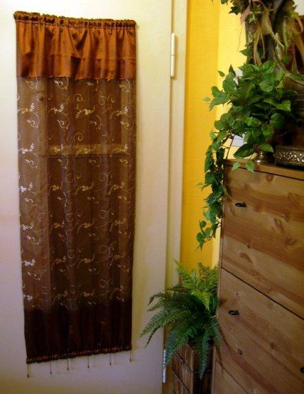 (Blick von der Küche aus)Die Wohnungstür ist ziemlich altmodisch - eigentlich ganz süß. Sie hat sogar eine Art Fensterchen mit Riegel zum rausgucken..