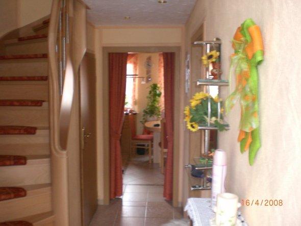 Decke wurde mit Trockenbau verkleidet. Treppe neu einbauen lassen. Wand mit Streichputz beaarbeitet u. leicht farbig gestrichen.Decke we