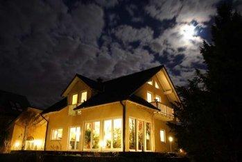 Hausfassade / Außenansichten 'Aussenansicht Westseite bei Vollmond'
