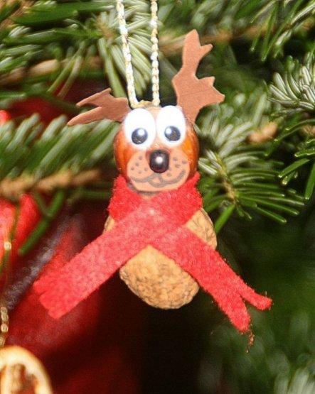 selbstgebastelter Weihnachtsbaumschmuck aus einer Walnuss und einer Haselnuss.