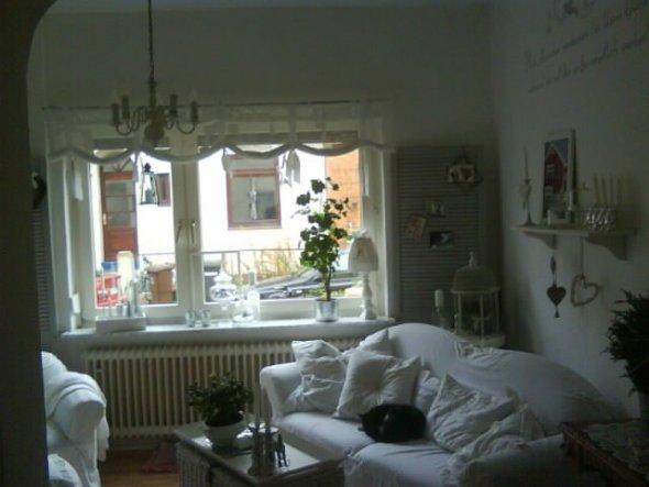 so, ich glaube, jetzt bleibt die deko erst mal so!?! der schwarze fleck auf dem sofa verschwindet irgendwann von allein:)))