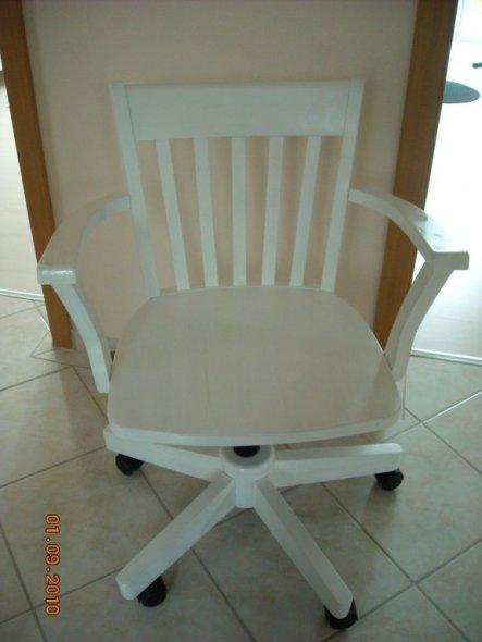 Der Schreibtischstuhl,war vorher Braun... den Stuhl,habe ich wirklich für nur 3€ bekommen.....Wahnsinn!!! (1.9.2010)