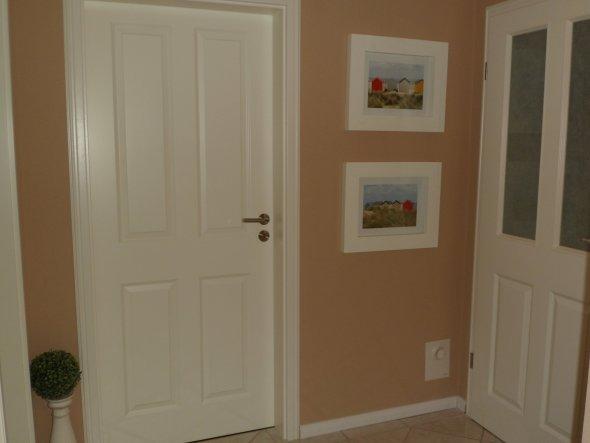 hier war vorher die Vitrine in der Wand eingebaut,da jetzt unser Sohn sein Zimmer hat,mussste die Vitrine leider weichen.
