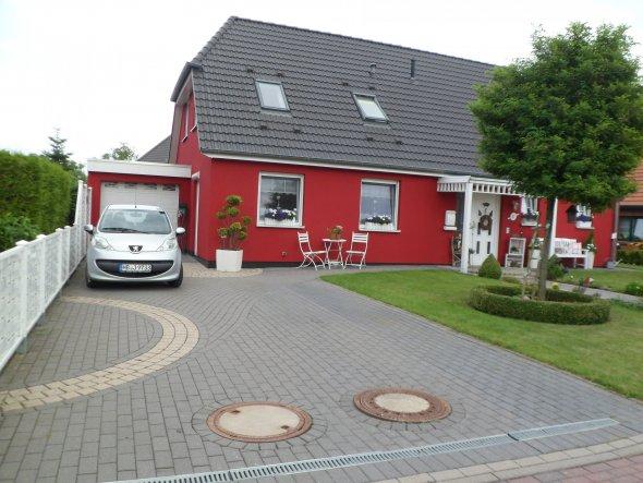 Hausfassade / Außenansichten 'Unser Haus ...nun in Rot'