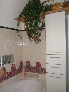 Badezimmer mit bemalten Fliesen