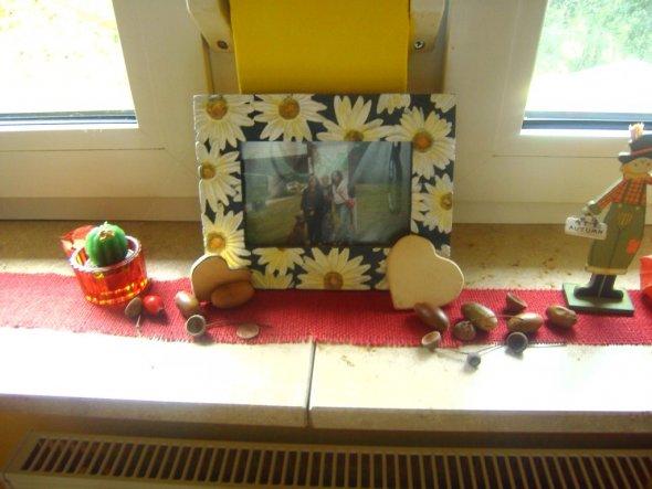 Das Regal hinter der Tür hab ich selber mit Klebefolie beklebt. War vorher in Buche-Nachbildung. Und solche Möbel hasse ich!!