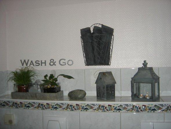 Der Absatz befindet sich über der Toilette und dem Urinal.