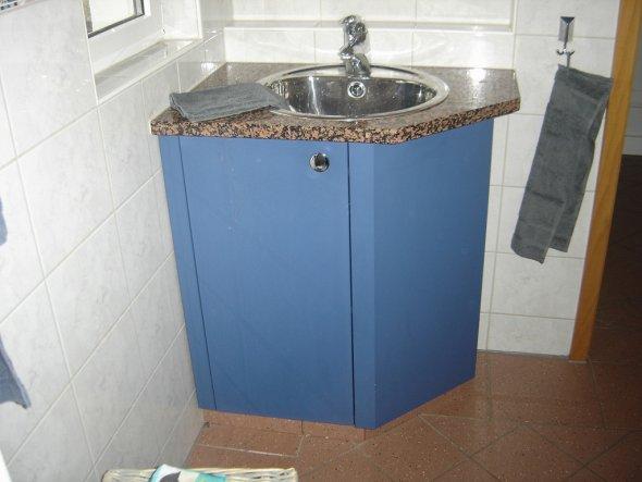 Selbstgebauter Waschitsch mit abgeschrägter Seite, damit wegen kleinem Bad und schmalem Eingang.