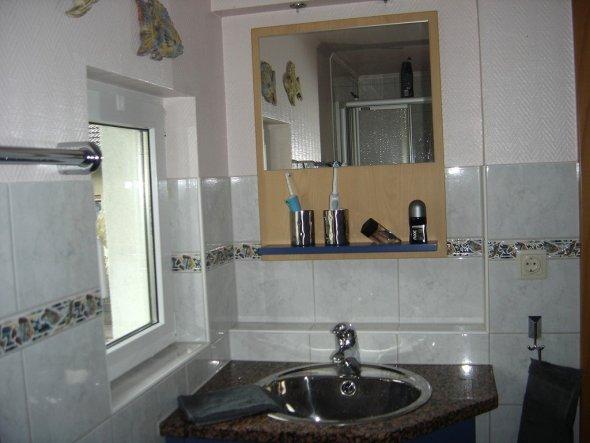 Waschtisch und Spiegel sind selstgebaut.