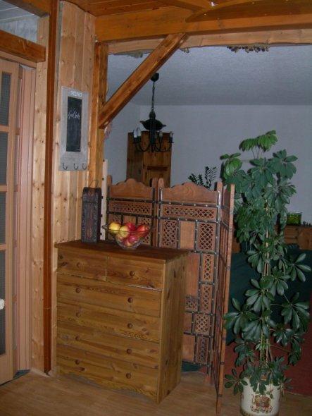 Hinter dem Paravent steht die Couch. Links neben dieser Komode ist eine Schiebetür zum Bad (totaler Blödsinn), genau gegenüber vom Eingang.