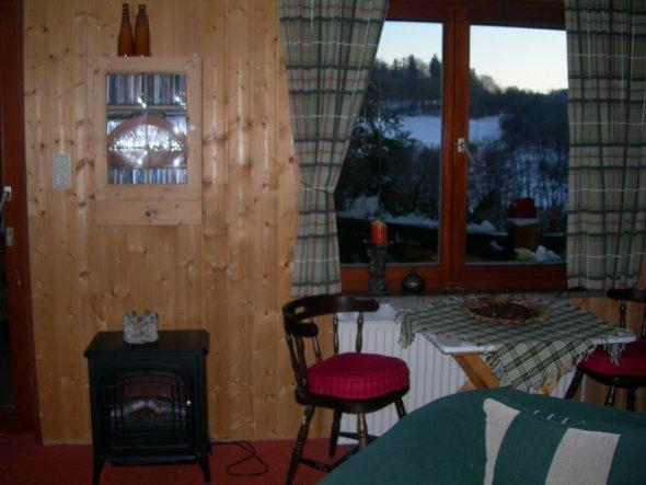 Das ist das einzigste  Fenster im Wohnbereich. Der Tisch ist mein Hobbyplatz (nur für euch aufgeräumt)weil ich viel Licht brauche.