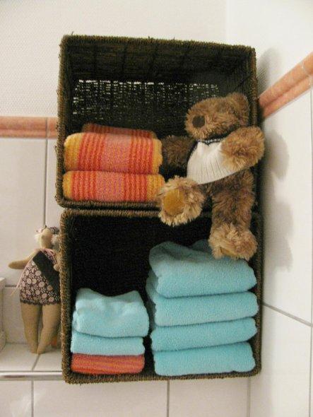inzwischen habe ich noch ein weißes Regal neben dem Badschrank stehen und dort die Handtücher untergebracht