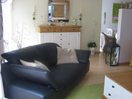 Bewusst haben wir das Zweisitzer-Sofa schräg in den Raum gestellt, dadurch wirkt der Raum optisch nicht mehr so lang. Hätte ja gerne ein andere