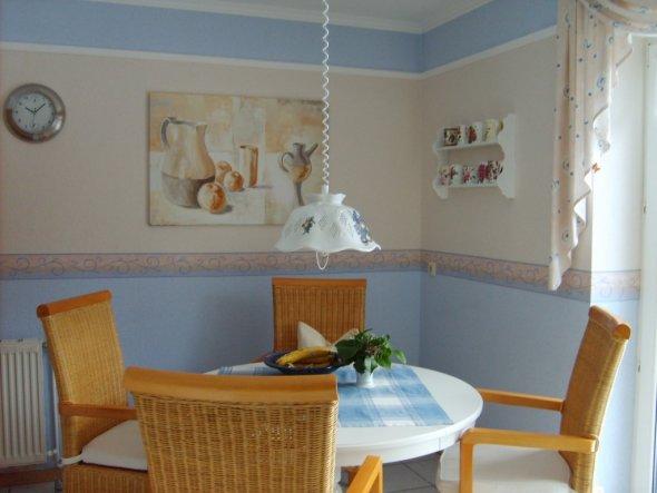 Sitzplatz innerhalb der Küche; der obere Wandteil ist mit Stuckleisten unterteilt. Dadurch lassen sich immer wieder neue Kombinationen erzielen.