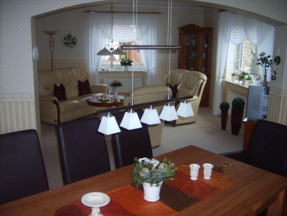 Esszimmer mit Durchgang zum Wohnbereich.