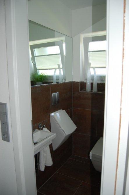 ...der Spiegel wurde angebracht, die Handtuchhaken sind da , genauso wie der Wc-Papierhalter! Fast fertig-der Unterschrank fehlt nun nur noch!