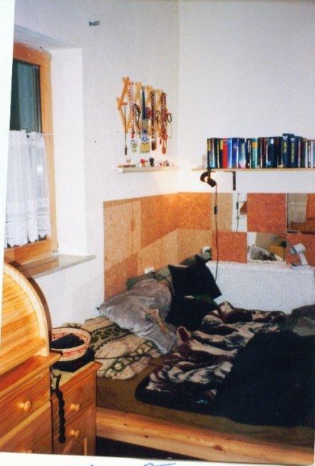 DEr Boden war aus Kork, die Spiegel/Korkwand hab ich selber geklebt.Als Schmuckhänger wurde eine Zieharmonika Garderobe umfunktioniert.