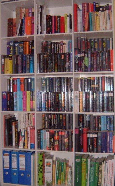 Bücherregal- Update; hab die Bücher jetzt versetzt angeordnet; jetzt kann ich sie endlich alle auch sehen:)